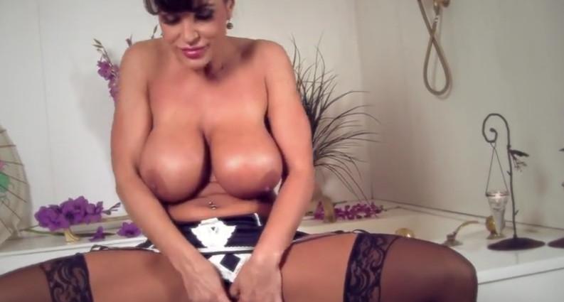 Lisa Ann мастурбирует в ванне